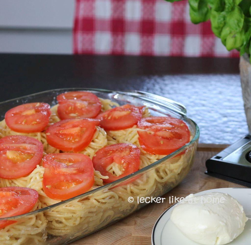 Nudelnester - mit Tomaten belegt