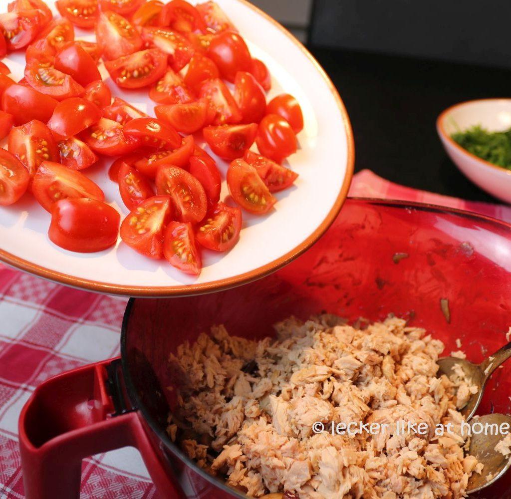 Thunfisch-Bohnen-Salat - Tomaten zufügen
