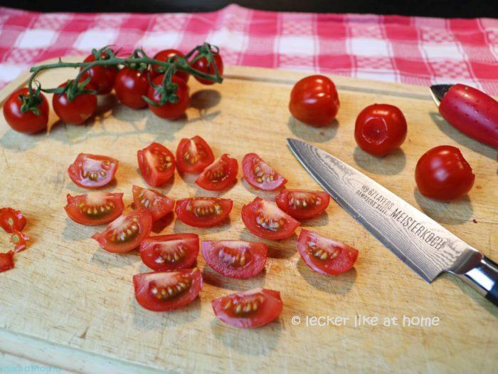 Thunfisch-Bohnen-Salat - Tomaten vierteln