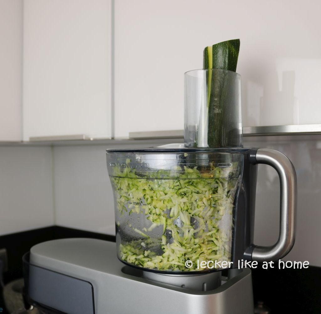 Zucchini Brownies - Zucchini raspeln
