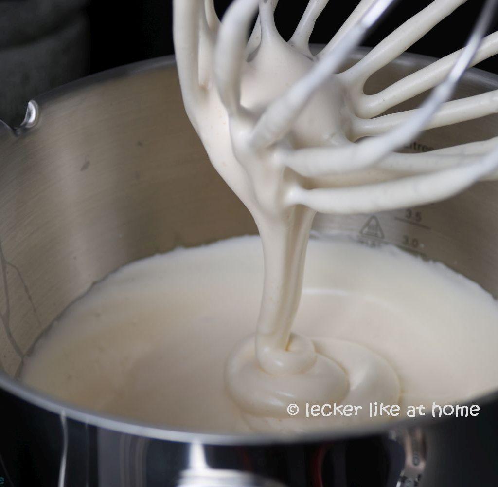 Zucchini Brownies - geschlagenes Ei mit Zucker