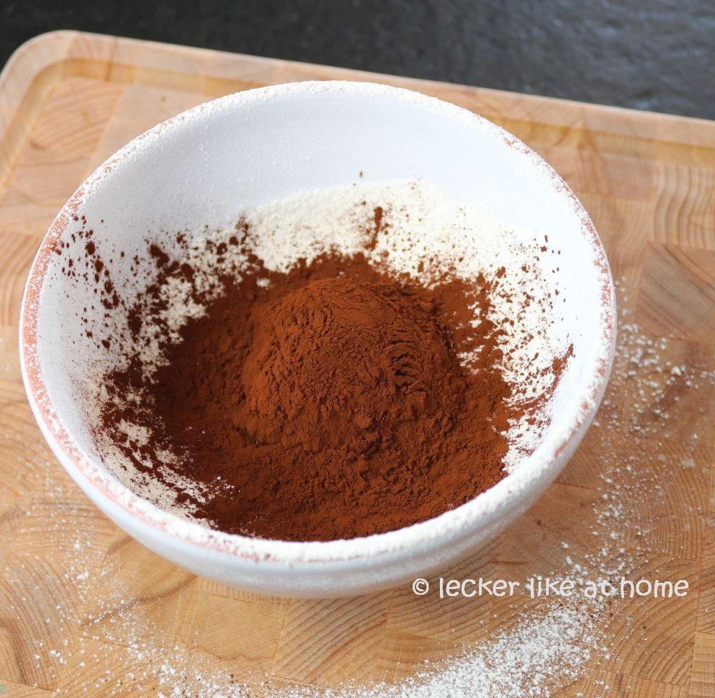 Zucchini Brownies - Kakao zufügen