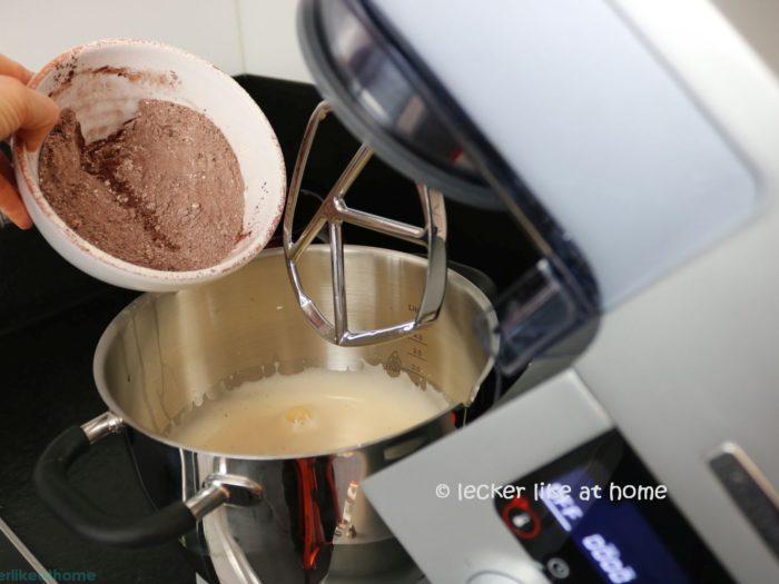 Zucchini Brownies - Mehl und Kakao zum Teig geben