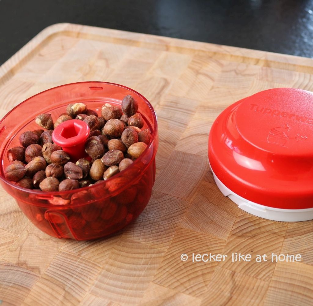 Zucchini Brownies - Haselnüsse hacken