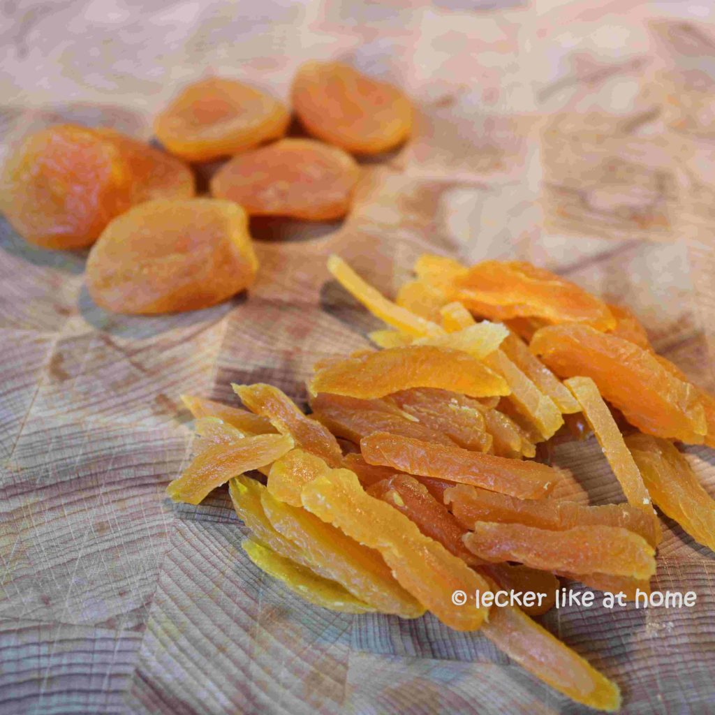 Gebackener-Butterkürbis-Aprikosen-schneiden