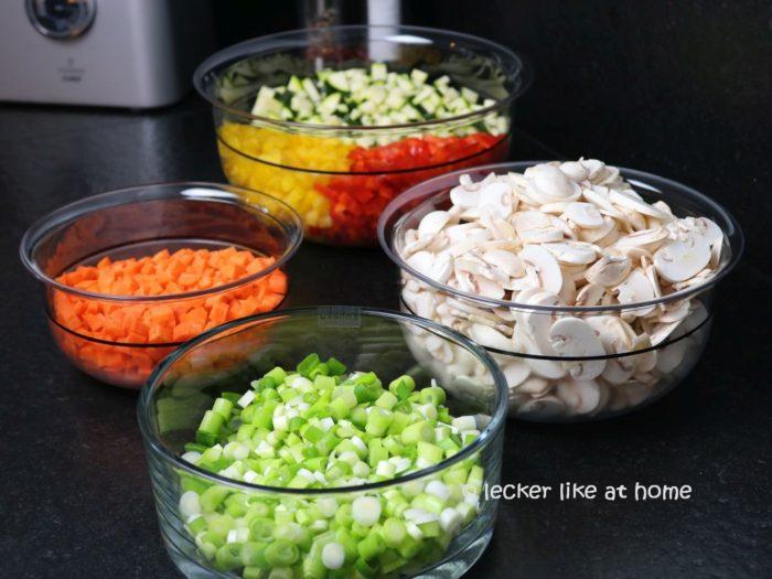 Italienischer Hackauflauf das vorbereitete Gemüse