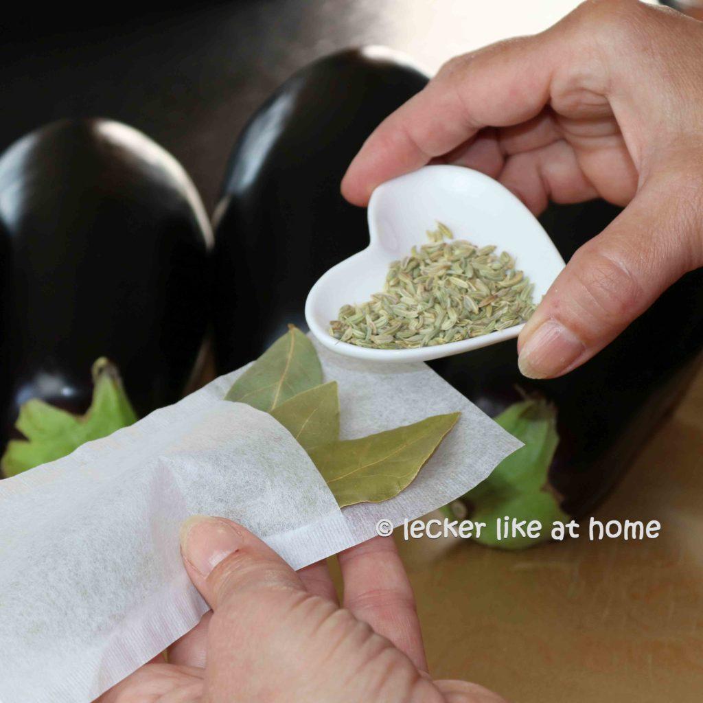 Moussaka-Gewuerze-in-einen-Filterbeutel-geben