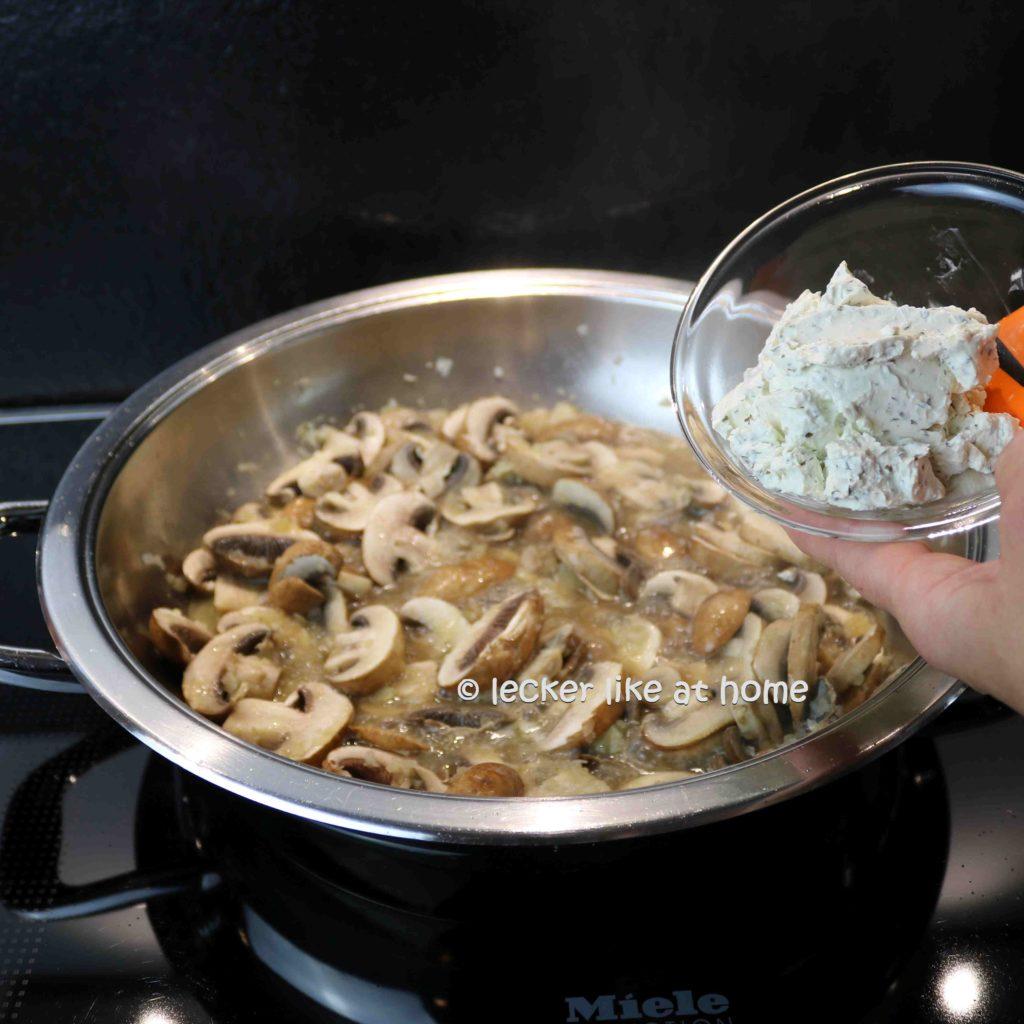 Champignons-mit-roter-Pfeffersauce-8-Kraeuterfrischkaese-zufuegen